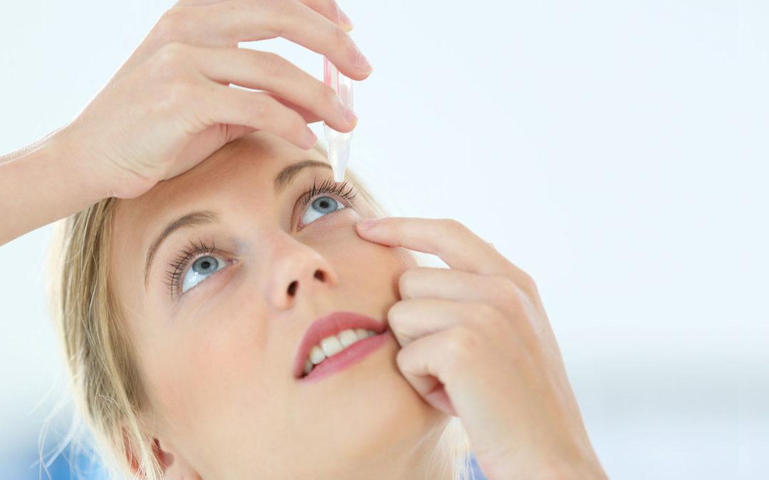 Die richtige Anwendung von Augentropfen und Augensalben